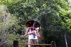 (gustavomorita) Tags: carnaval chapu cor criana espuma gustavomorita jato menino mexicano praadascorujas selvasp sombrero rvore