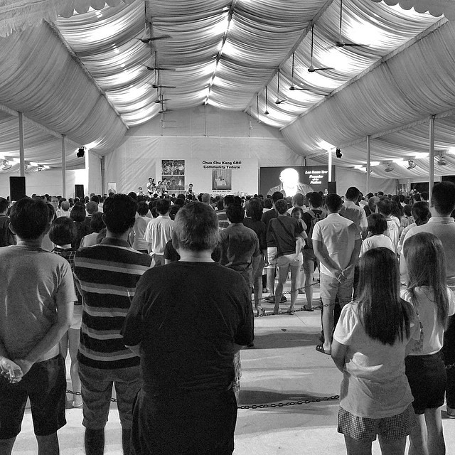 Residents at Choa Chu Kang paying tribute to Singapores founding Prime Minister, Mr. Lee Kuan Yew at Choa Chu Kang GRC Community Tribute, it will remain open for 24 hours as of Wednesday (Mar 25) until the end of the state funeral.