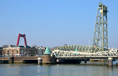 Rotterdam, de Hembrug met op de achtergrond de Willemsbrug, Nederland 2015 (wally nelemans) Tags: bridge holland rotterdam nederland thenetherlands brug willemsbrug 2015 willemsbridge hembrug hembridge