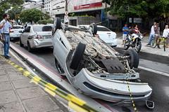 Carro capota na Agamenon Magalhes (andersonnascimentofoto) Tags: brasil carro recife trnsito acidente capotamento