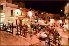 la monte des escaliers / climbing the stairs (www.nathalie-chatelain-images.ch) Tags: italie italy italia pouilles puglia ostuni nuit night lumires lightening gens people terrasses terrace nikon