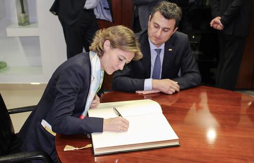 Isabel García Tejerina firma en el Libro de Honor