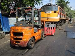 4020 and FLT, Thonburi (Barang Shkoot) Tags: electric thailand asia general diesel engine thai locomotive ge flt gauge heli gek forklift srt metre rsr 4020 um12c