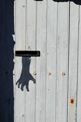 La main noir du destinaire (Bluefab) Tags: poste noir main ombre lettre boite rouille tague