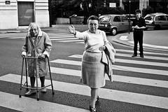 Fokko Muller'in Objektifinden Sokak Fotoraf (altaybilgin) Tags: street city urban bw woman paris photography crossing streetphotography elderly urbanphotography fotoraflk ruedelafayette