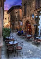 ... La hora del café... o del chocolate ... (Aumentar) (franma65) Tags: barcelona street café calle chocolate farol mesas encanto sias callejuela