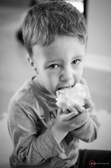 Pomme (O-KLR Photographie) Tags: blackandwhite bw food apple monochrome fruit fun kid juicy noiretblanc eating manger enfant nourriture pomme snak collation juteuse