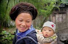 Guizhou Miao + baby, China - Miao du Guizhou avec bb, Chine (Patricia Ondina) Tags: china miao bb mothersday hmong chine perruque ftedesmres ethnies