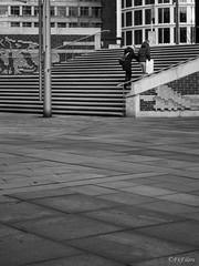 A Casa (FkEilers - Frank Eilers) Tags: street blackandwhite bw blancoynegro germany deutschland photography blackwhite couple pareja hamburg streetphotography olympus alemania hafencity schwarzweis schwarzundweis olympusomd