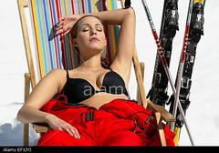 junge-frau-in-skianzug-mit-skiern-sonnt-sich-in-einem-liegestuhl-winterurlaub-EF1JYJ (onesieworld) Tags: sexy girl fashion shiny retro 80s onepiece nylon 90s catsuit snowsuit onesie skibunny skisuit