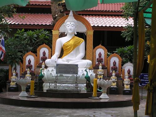 1173 - bouddha assis dans la cour du temple du Ganesh rose à Chiang Maï