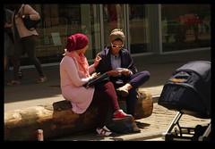 20KM0221 (Leopoldo Esteban) Tags: street brussels woman calle mujer women belgium belgique femme bruxelles bruselas rue mujeres belgica calles femmes straat leopoldoesteban