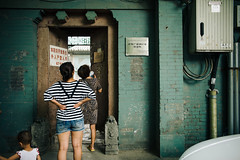 Htng Sightseeing (sunnywinds*) Tags: hutong alley sightseeing beijing courtyard leica leicam summilux