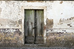 Puerta de Vila Viçosa (John LaMotte) Tags: puerta portugal porta door deterioro decayed dintel fachada infinitexposure vilaviçosa ilustrarportugal