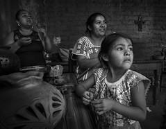 Artesanas de Oaxaca: Barro Negro (Eneas) Tags: verde mxico oaxaca barro familias tradiciones barronegro herencia artesanas herencias oaxaqueas mujeresoaxaqueas artesanasoaxaqueas
