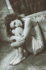 La belleza de la timidez (kanjungla) Tags: bw luz sombra bn modelo mirada exteriores virado timida posado femenina timidez kanjungla