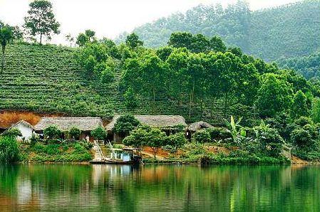 Phú Thọ còn có lịch sử lâu đời, được coi là mảnh đất phát tích của dân tộc Việt Nam. Theo truyền thuyết, đây là nơi các vua Hùng chọn làm đất