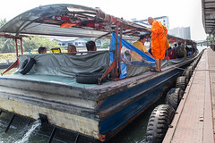 just in time ([Len]LingLom) Tags: ferry river thailand pier boat bangkok monk kanal fluss fähre themall mönch bangkapi กรุงเทพฯ 2015 krungthepmahanakhon rivertaxi พระ ลาดพร้าว klongsaensaep บางกะปิ เรือโดยสารคลองแสนแสบ เดอะมอลล์บางกะปิ