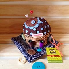 Marrom & azul (Carol Grilo • FofysFactory®) Tags: pin handmade sewing craft pins carolgrilo polkadots pincushion needles fofysfactory alfineteiro