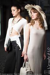 IMG_4760 (traccediscatti) Tags: donna moda persone borsa bianco stile nero notte abito cappello sera ragazza coppia pubblicit mora bionda modelle abbigliamento allaperto accessori eleganza