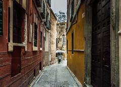 Al final de la calle (cmarga28) Tags: colour architecture digital photography calle spain nikon raw foto colores amarillo toledo 200 marron historia antiguo nk ocres callejuela passin