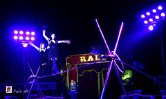 Circo Raluy-Circ Raluy-Zirkus Raluy (Hunter.) Tags: barcelona show lighting blue girls public azul canon luces spain track colours circo box circus report colores seats ambient chicas pblico hunter 1020mm pista palco ambiente espectculo equilibrist cablelaying reportaje butacas circoraluy equilibristas canon450d circusraluy familiaraluy familyraluy cabletendido