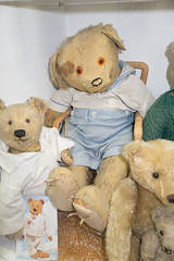 Battered antique teddy bears (quinet) Tags: germany munich toy deutschland antique allemagne spielzeug toymuseum jouet teddybears ancien teddybr antik spielzeugmuseum oursenpeluche musedujouet 2013