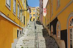 Dans la vieille ville (hans pohl) Tags: houses windows streets portugal architecture maisons steps cities sunny rues villes lisbonne fentres escaliers stairways marches ensoleill