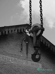 quando si dice prendere un gancio !!! (Melvintay) Tags: silhouette polaroid shot fotografia autoscatto selfie lovebw igersbologna fotografandolacitta lovebiancoenero faiclick mettiafuocoescatta lovesbologna scattoinbiancoenero