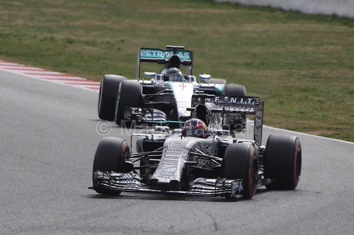 Nico Rosberg follows Daniil Kyat in Formula One Winter Testing 2015