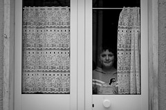 Window (Maria Vico (Meriggio)) Tags: blackandwhite 50mm nikon child bn finestra bimbo ritratto biancoenero