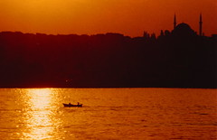 Istanbul / Aot 1987 (leonmul68) Tags: sunset orange me silhouette analog turkey photo pentax lumire 1987 istanbul turquie t pentaxmesuper smc coucherdesoleil barque aot mesuper bosphore annes80 pentaxm photoancienne istanboul photoargentique photocouleur top20travel photoscanne smclens t1987 photoanalogique aot1987