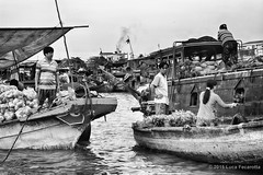 Shopping on the river (Feca Luca) Tags: street people river blackwhite nikon asia market outdoor fiume vietnam mercato reportage