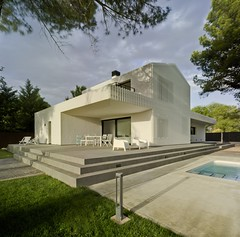 Modern Gabled House by Colectivo Du Arquitectura (inspiration_de) Tags: house home modern spain df piscina bis pinos albacete davidfrutos bisimages builtinspain casafa colectivodu