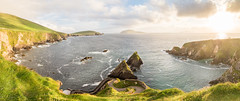 An absolute stunning view over the Dunquin pier in Ireland (Mii_Der) Tags: sunset sea sky panorama nature grass clouds landscape pier scenery rocks meer sonnenuntergang pano himmel wolken irland peninsula felsen settingsun dunquin dinglepeninsula 2016 warmcolor landschaftsaufnahme dunquinpier dinglehalbinsel