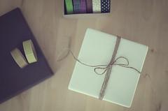 Montones de sorpresas (Graella) Tags: regalos present cenital stilllife bodegon escritorio washitape birthday lazo caja box caixa regal