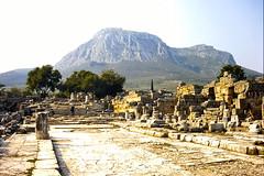 Grce, vacances de Pques 1987. Corinthe, rue de Lchaion et la forteresse d'Acrocorinthe au fond (Marie-Hlne Cingal) Tags: 1987 greece grce  hells  diaponumrise
