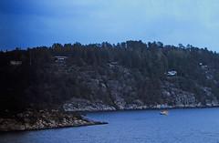 28 Oslofjord 1984 (Rüdiger Stehn) Tags: 1984 dia slide analogfilm scan canoscan8800f minoltasrt100x europa nordsee meer wasser fjord oslofjord norwegen norge norway skandinavien nordeuropa südnorwegen morgens landschaft natur profanbau felsküste felsenküste küste fjordküste fjordinsel schären nordseeküste fels felsen gewässer 1980er diapositivfilm analog kleinbild kbfilm 35mm atlantik urlaub reise reisefoto gebäude