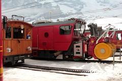 Selbstfahrende bidirektionale Schneeschleuder mit Spurpflgen und Weichengeblse Xhe rote 12 der Jungfraubahn JB ( Zahnradbahn 1000mm => Baujahr 2012 => Hersteller Stadler Rail ) am Bahnhof Kleine Scheidegg im Berner Oberland im Kanton Bern der Schweiz (chrchr_75) Tags: train de tren schweiz switzerland  suisse swiss sneeuw eisenbahn railway zug april locomotive neige cogwheel christoph svizzera bahn zahnrad blazer treno schweizer berner chemin centralstation fer locomotora tog snowblower crmaillre juna lokomotive lok berneroberland ferrovia oberland bergbahn cremallera spoorweg suissa 2015 zahnradbahn locomotiva lokomotiv ferroviaria  locomotief jungfraubahn chrigu  rautatie  mountaintrain schneeschleuder souffleuse bahnen schneefrse zoug trainen kantonbern spazzaneve  chrchr hurni chrchr75 chriguhurni albumbahnenderschweiz chriguhurnibluemailch albumbahnenderschweiz201516 albumzzz201504april