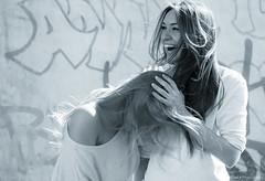 Sarah und Mika... (fuenfpunktnull) Tags: woman motion licht moments leute faces olympus menschen bewegung leben omd alltag lichtundschatten em10 omdem10