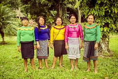Mujeres Shipibo (Laura Colom) Tags: woman peru canon mujer selva sew jungle coser mujeres artisan ayahuasca artesania amazonia craftwork tambopata puertomaldonado etnia madrededios shipibo artesanas shipibopatterns ken