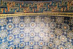 Ravenna: Mausoleum der Galla Placidia, 425-450 (Anita Pravits) Tags: italien italy italia mosaic chapel mausoleum ravenna emiliaromagna mausoleo mosaik kapelle saintlawrence sanvitale earlychristian gallaplacidia hllaurentius frhchristlich kreuzbau laurentiuskapelle