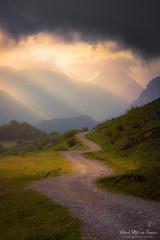 Camino en Urkiola (Mimadeo) Tags: light sunset mountain mountains nature grass way path sunrays footpath euskadi pathway basquecountry paisvasco sunbeams urkiola