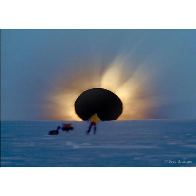 Como seguramente hoy nadie va a publicar ninguna foto del eclipse solar total, permíteme que me avance con esta bella imagen del que fue en 2003, visible desde las islas Feroe y Svalbard 🌞🌑🌍 (foto del CSIC)