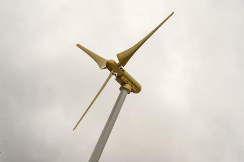 Le halo, éolienne aux pales recouvertes d'or éclaire le nom Mécano en fonction du vent. L'œuvre est signée Véronique Joumard © W. Vainqueur