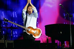 Paul McCartney with Hofner #2 (NM_Pics) Tags: munich mnchen paul beatles olympicstadium mccartney paulmccartney olympiastadion oneonone