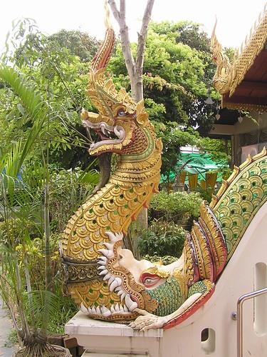 1172 - deux têtes de Nagas sur la rampe d'escalier d'un pavillon au temple du Ganesh rose à Chiang Maï
