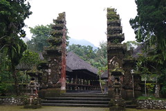 Batukaru temloma (Pura Luhur Batukaru) a nvad vulkn hegynek dli oldaln tallhat, serdei krnyezetben (11. szzad) (sandorson) Tags: bali indonesia pura batukaru luhur indonzia