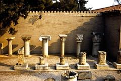Grce, vacances de Pques 1987. Corinthe, colonnes de style dorique, ionique et corinthien (Marie-Hlne Cingal) Tags: 1987 greece grce  hells  diaponumrise