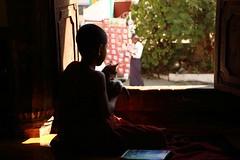 rêveries (Chris the Borg) Tags: light shadow window look cat canon eos chat lumière burma monk buddhism ombre myanmar burmese fenêtre monastère regard monastry birmanie moine 700d shweyanpyai